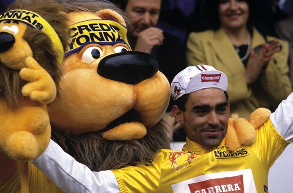 Photo of Acácio da Silva waits for another Portuguese wearing yellow in the Tour