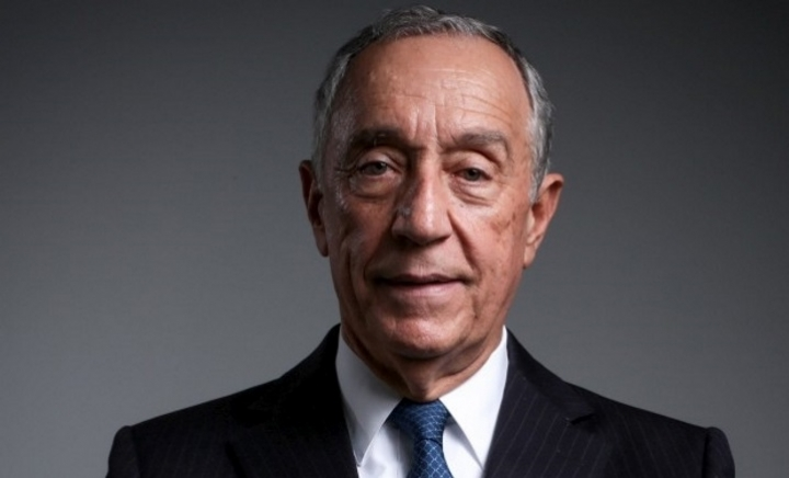 Photo of Marcelo Rebelo de Sousa offers Book of Disquiet to the Peace Library