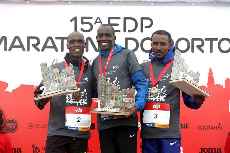 Photo of Robert Chemonges wins and scores Porto's Marathon record
