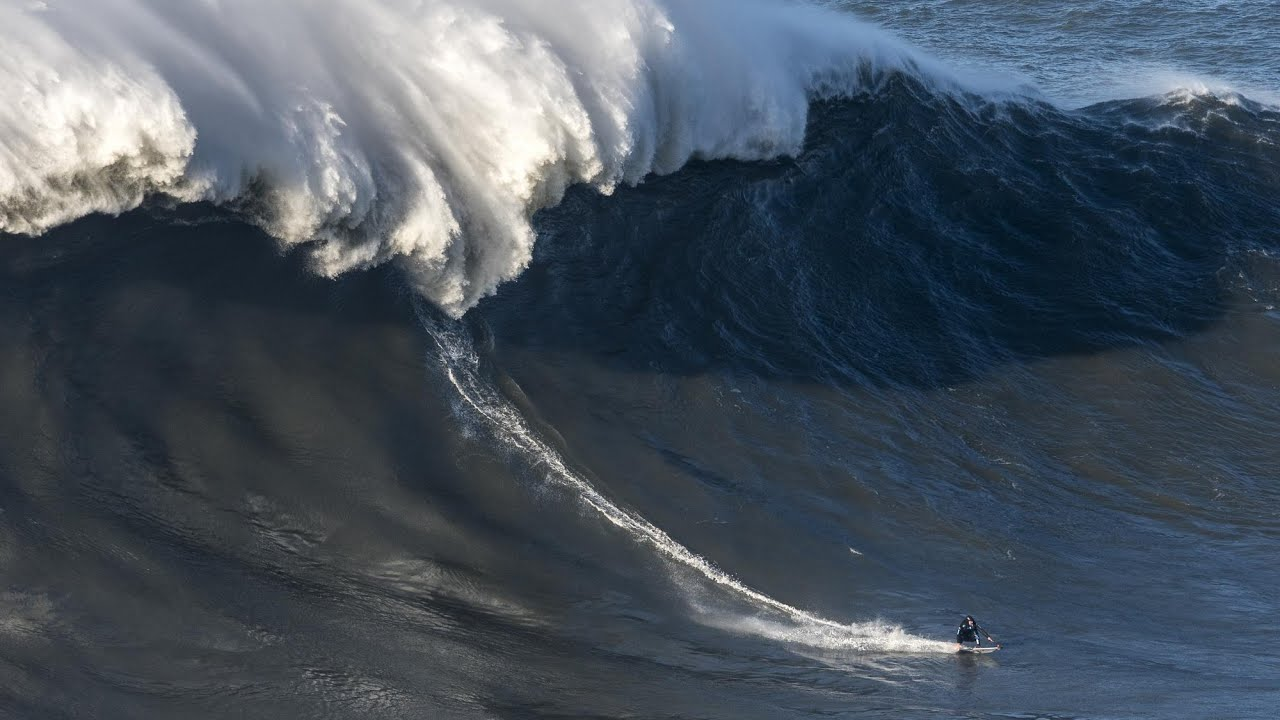 Photo of João de Macedo and Alex Botelho in the final of the giant wave event