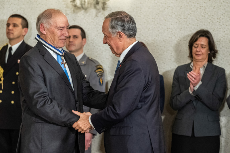 Photo of Pedro Lynce and Florbela Queiroz awarded by the President of the Republic