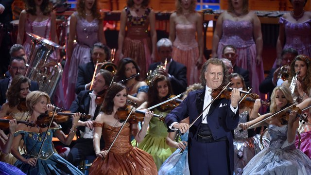 Photo of André Rieu and his orchestra sing 'Loja do mestre André'