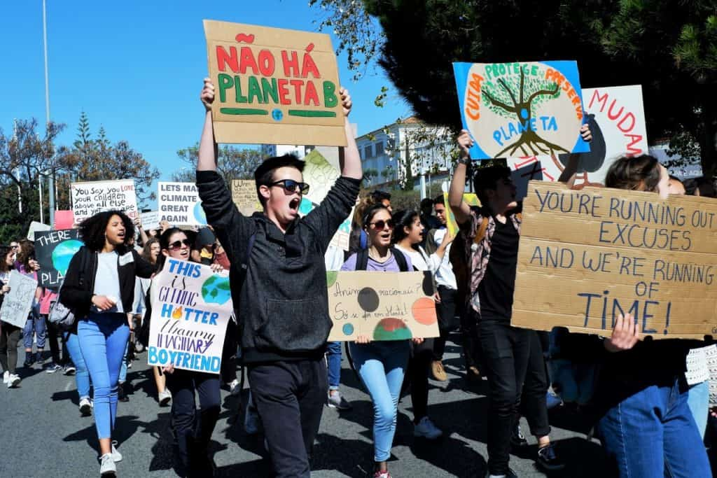 "Photo of Thousands of students shout in Lisbon ""There is no planet B"""